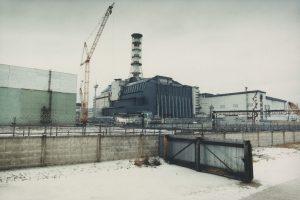 Chernobyl nuclear power station in Ukraine. View of the sarcophagus covering the 4th reactor block which exploded in April 1986. Atomkraftwerk (AKW) Tschernobyl in der Ukraine. Sarkophag, der den vierten Block umgibt, welcher im April 1986 explodiert ist.